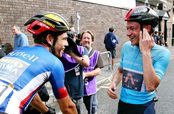 Hite evita un choque con sus compañeros para recuperar el liderato en el Tour Británico